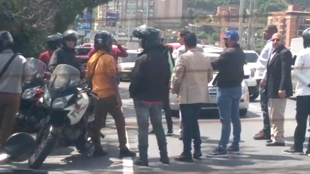 Juan Guaidó se enfrenta a agentes del Gobierno que pretendían secuestrar a sus colaboradores