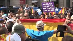 Mossos separan a grupos independentistas y partidarios de la unidad de España