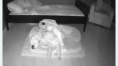 Una madre coloca un webcam para descubrir por qué su hijo duerme todas las noches en el suelo