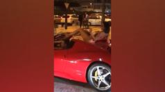Una mujer circula desnuda encima de un Ferrari