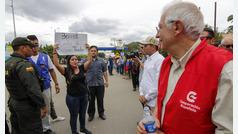 Refugiados venezolanos lanzan reproches a Borrell durante su paso por Colombia