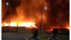 Un impresionante incendio calcina un poblado chabolista en Lepe