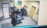 Vídeo del secuestrador del avión pasando por el control de seguridad...
