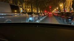 Coches aparcados en las obras donde se está construyendo el carril bici de la Avenida del Reino de Valencia