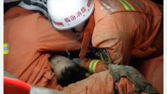 Agónico rescate de un niño en un deslizamiento de tierras en China