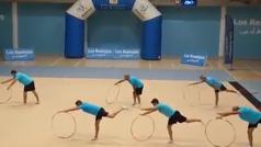 Un grupo de padres sorprende a sus hijas con una actuación de gimnasia rítmica