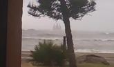 Imágenes de la enorme estructura varada a pocos metros de la playa de...