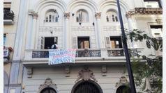 """Un grupo de personas irrumpe en la sede del PSC de Lleida """"forzando la entrada"""""""