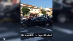 Sale del coche bailando y en bikini tras un accidente