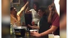 Estas imágenes de Ada Colau en un bar se vuelven virales