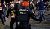 Un ertzaina muere durante los enfrentamientos entre ultras del...