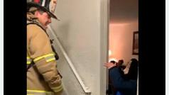 Tierna conversación en signos entre un bombero y un niño