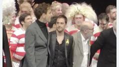 Los Reyes presiden el estreno del Teatro Real entre aplausos, abucheos y lazos amarillos
