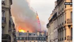 La aguja de Notre Dame se viene abajo devorada por las llamas