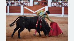 Puerta grande para Isaac Fonseca en un notable debut con caballos en Gijón