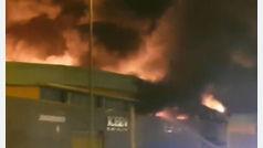 Peligroso incendio en un polígono industrial de Tenerife