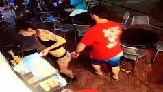 La brutal reacción de una camarera a la que un cliente le tocó el culo