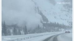 Una avalancha irrumpe en mitad de la carretera