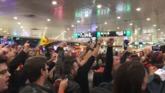 Independentistas despiden a la mesa del Govern en la estación de...