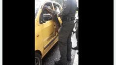 Un perro abandonado persigue el taxi en el que viaja su dueña