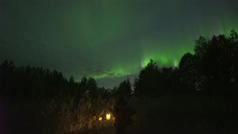 Una aurora boreal ilumina en Finlandia el cielo de color verde