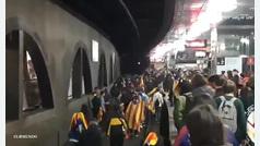 Cientos de manifestantes invaden las vías de tren en plaza Catalunya