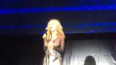 Marta Sánchez pierde el vestido durante un concierto y deja su pecho al descubierto