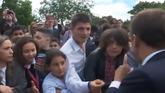 Macron echa un rapapolvo a un adolescente que le llama 'Manu'