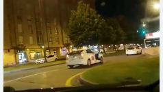 Protesta el precio del taxi y es conducido a comisaría colgado de la ventanilla