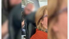 Un pasajero de avión golpea constantemente el asiento reclinado de otra pasajera