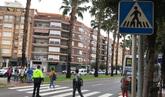 Un policía regula la salida de los estudiantes del IES Llombai de...