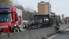 Detienen al conductor de un autobús escolar en Milán por secuestrarlo y prenderle fuego