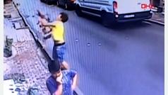 Un hombre salva milagrosamente la vida de una niña que caía desde un segundo piso