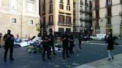 Los Mossos d'Esquadra retiran tiendas de la acampada independentista de la plaza Sant Jaume de Barcelona