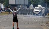 Un opositor, frente a la Guardia Nacional en las marchas de ayer en...