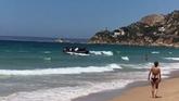Una patera desembarca en Cádiz en medio de los bañistas