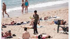 Tres detenidos por vender mojitos con restos fecales en las playas de Barcelona