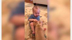 La reacción de un bebé al regalarle un cachorro por su cumpleaños