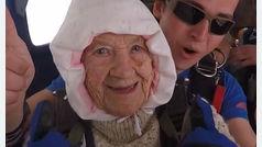 Con 102 años se lanza en paracaídas por una buena causa