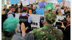 Los Mossos protegen el 'stand' del Ejército en el salón de la enseñanza de Barcelona