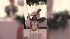 Se afeitan la cabeza en su boda para apoyar a su madre con cáncer