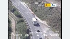 Un conductor se incorpora justo cuando viene un camión