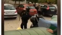 Agentes agredidos a patadas: en el suelo y en la cabeza