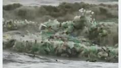 Olas de plásticos agravan el problema de contaminación en Sudáfrica