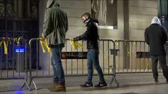 Un grupo de jóvenes retira los lazos amarillos de de la plaza del Palau de la Generalitat