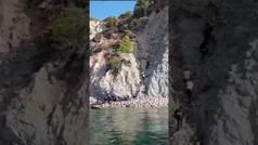Un vídeo muestra cómo un grupo de inmigrantes llega a las costas de Ibiza en una patera