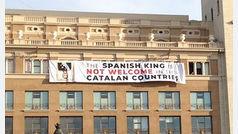Monárquicos intentan entrar por la fuerza en el edificio para quitar la pancarta independentista contra el Rey