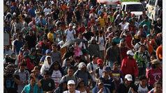 La caravana de migrantes esquiva los controles fronterizos y se interna en territorio mexicano