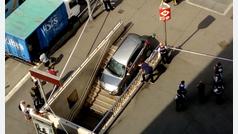 Empotra su coche en una boca de metro al pensar que era un parking