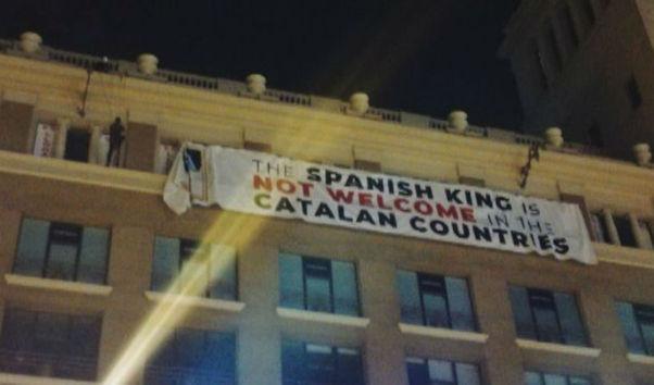 Grupos independentistas despliegan una pancarta gigante para sabotear la visita del Rey el 17A